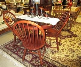 Quality dining/kitchen table w/ 2 leaves and 4 chairs