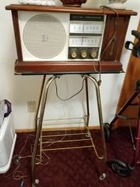 LIKE NEW VINTAGE RADIO