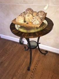 ROUND WOODEN SIDE TABLE WITH CURVED LEGS