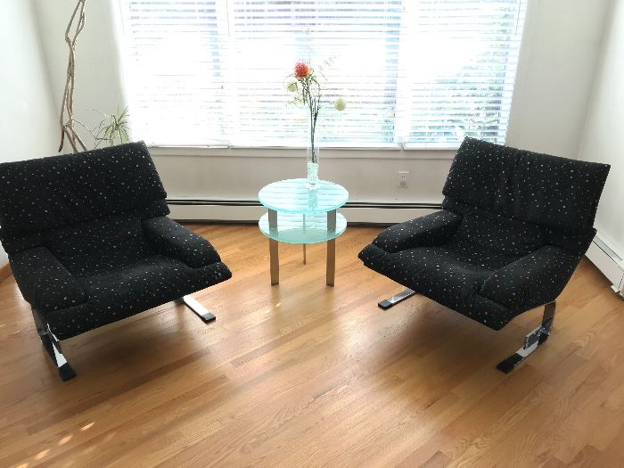 Pair of post modern Saporiti Italia lounge chairs with modern frosted glass side table.