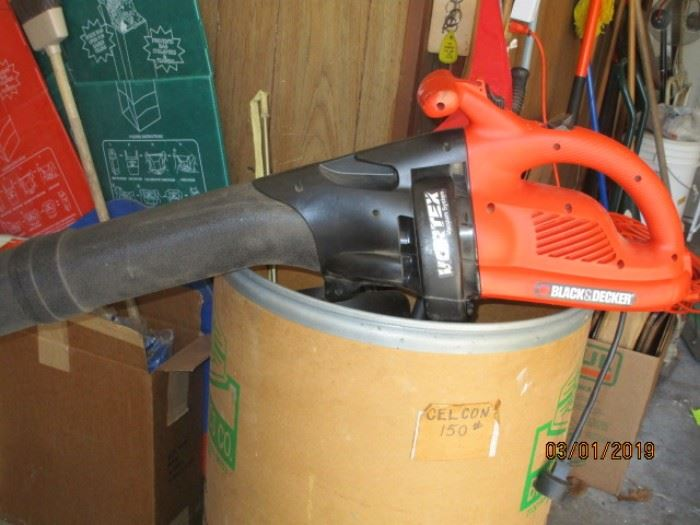 Black and Decker leaf vacuum and mulching system with bags