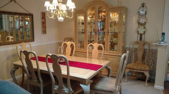 Bernhardt dining table with 2 leaves and 8 side chairs (no arm chairs)