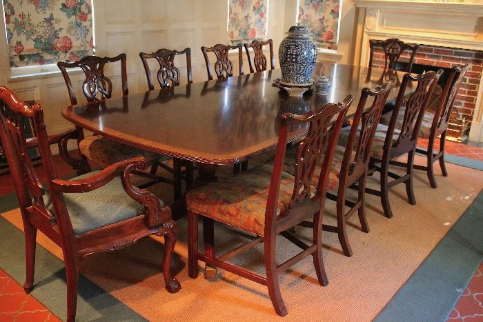 Quality D&D Banded Mahogany Table in Great Condition with 10 Chippendale Chairs, Includes 2 Leaves and Pads with Blue Ginger Jar
