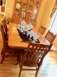 Beautiful ALL Wood Dining Table with 2 leaves and 6 Chairs. Excellent Condition