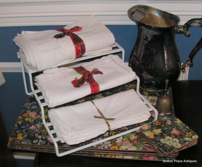 A lot of fine linen, placemats and More
