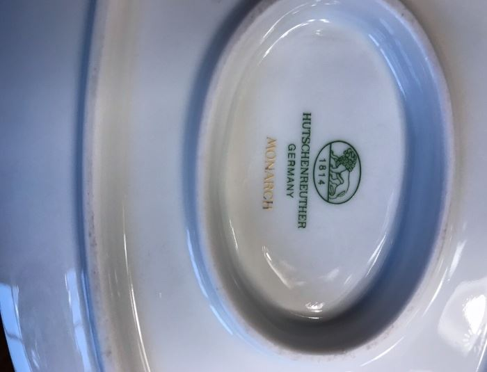 HUTSCHENREUTHER Monarch China (pattern 9033)  in mint condition  ==> 8 place setting service plus 2 serving pieces (gravy boat & vegetable dish)