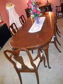 DINNING TABLE WITH 2 LEAVES AND 6 CHAIRS