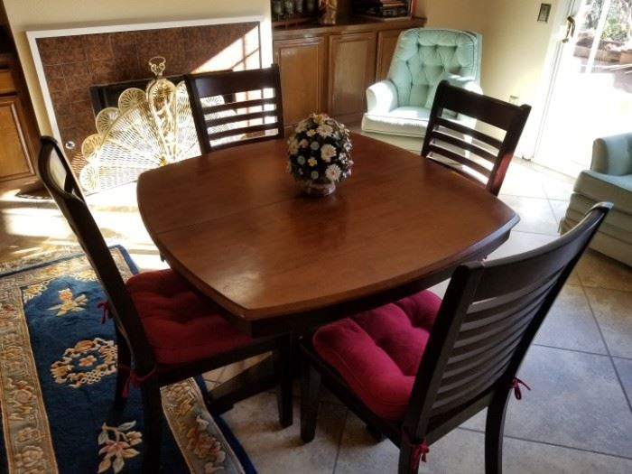 Like new small breakfast table and 4 chairs