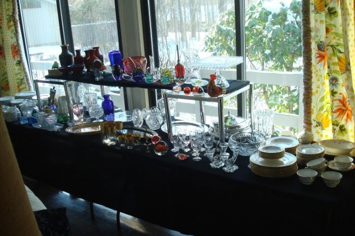 Table of collectible glass & china.