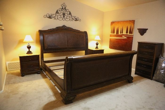 King Leather/Wood Sleigh Bed (No Mattress)	67x81x108in	HxWxD