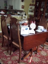 Drop Leaf Table with 4 leaves