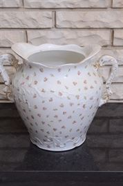 Royal vitreous England john maddock & sons mini pink rose urn $50 11in tall 15 wide