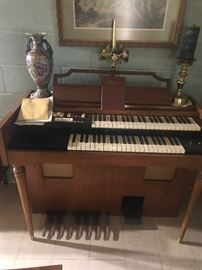 Wonderful Lowrey organ in working condition