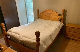 Queen Solid Carved Pine 4 Post Bed w/ Mattress	54x64x89in
