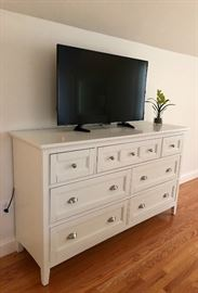 ... that matches this bureau are a great set! (Magnussen Home Furnishings)