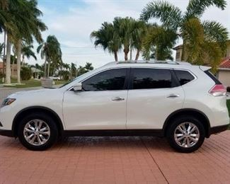 2015 NISSAN ROGUE SL -In excellent condition WITH ONLY 21,000 MILES!!