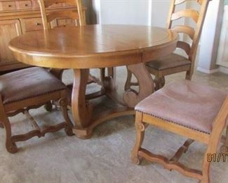 Broyhill  round dining  table  with extension leaf and 6 chairs