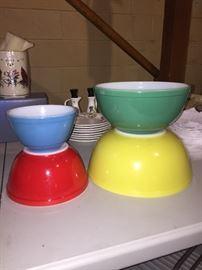 Pyrex primary color bowl set- mint!