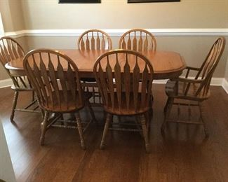 Solid oak dining table in excellent condition. Quality set of furniture. Comes with pads.