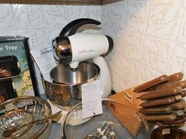 Sunbeam stand-mixer. Chicago Cutlery knives.