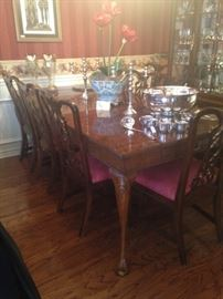 Lovely dining table with 8 chairs and extra leaf