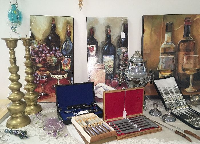 Designer décor tables include lots of wine lovers imagery along with entertainment cutlery and tablescaping accessories.