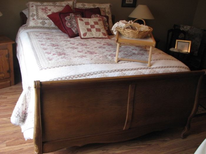 Sleigh bed