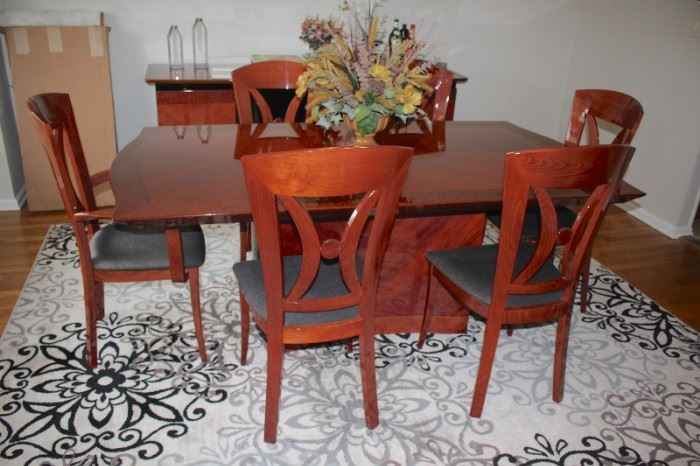 Contemporary Dining Room Table with 6 chairs & 2 Leaves in Excellent Condition with Matching Credenza, Floral Decorative and Contemporary Rug