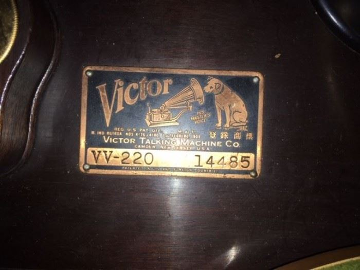 Victrola Talking Machine  Co.- VV - 220, Serial number 14485. in working condition from 1903. Original Tag with Grammophon Dog.