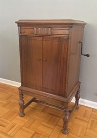 1926 Victor Victrola VV 4-7.  Very good condition.  Dimensions 30 x 26 x 38.