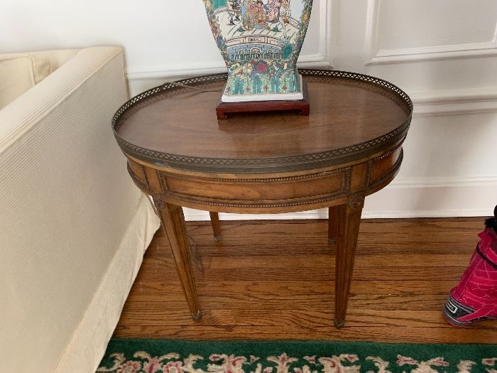 Oval gallery table