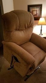 LA Z BOY motorized lift/recliner chair ...like new!