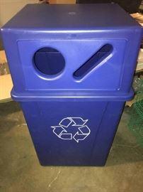 56 gal Carlisle Trash Can w Lid
