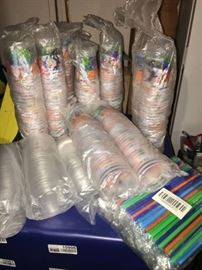250 Plastic 12oz Cups w Lids and Straws Colorfu ...