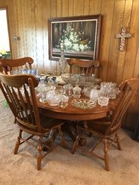 Oak pedestal dining table with four matching windsor style side chairs