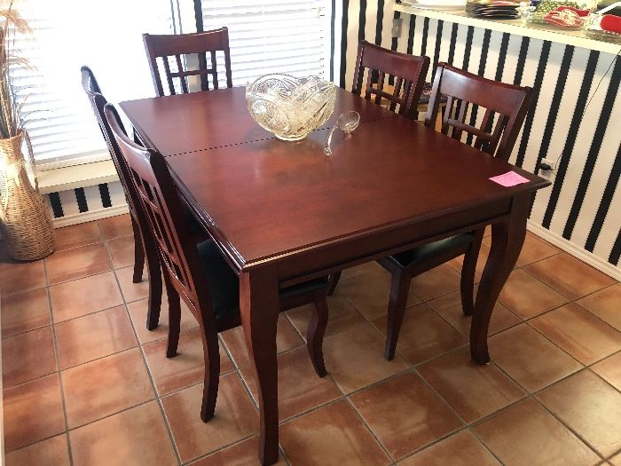 Like new dining table with 6 chairs