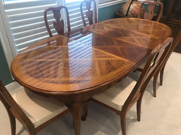 Thomasville MINT condition dining table -  two leaves and six chairs -