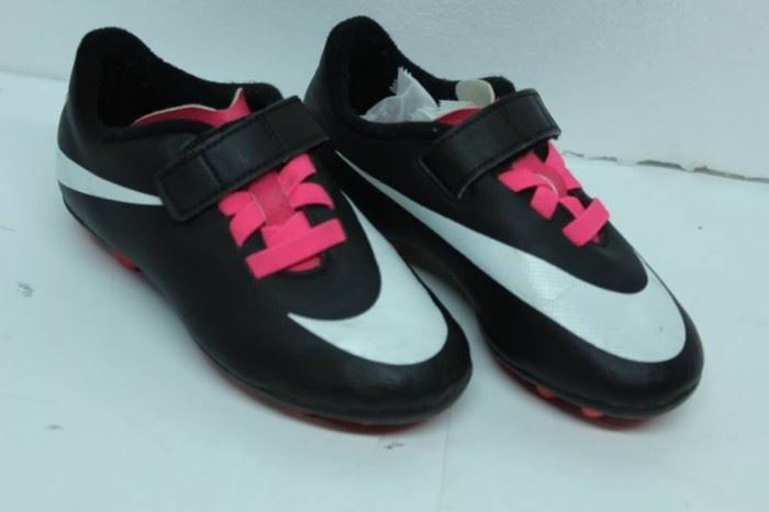 NIKE SOCCER SHOES SIZE 10C BLACK AND PINK