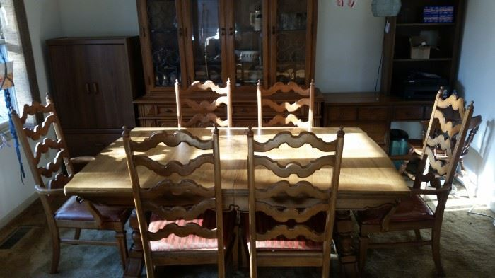 Dining Table with two addition leafs/ Part of 3 piece Set $500
