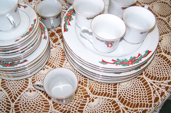 China Christmas pattern 8 place setting 32 total pieces