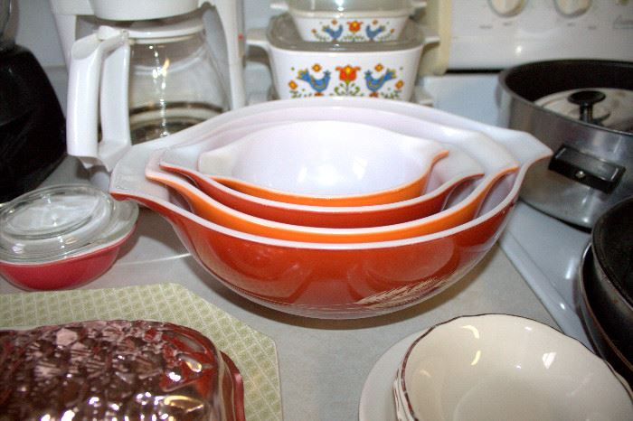 "Pyrex ""Autumn Harvest"" mixing bowl set"