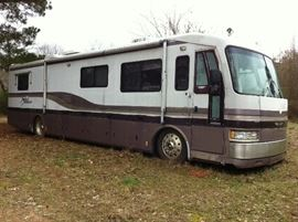 Self contained travel trailer
