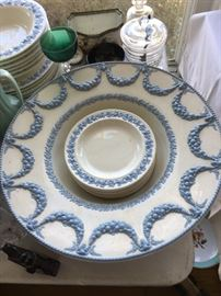 Very large Wedgwood bowl w/plates