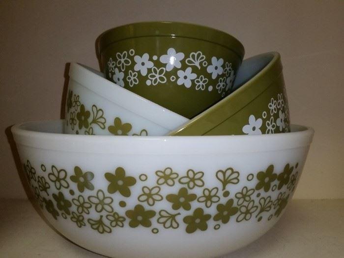 Pyrex 'Spring Blossom' (Crazy Daisy) 5 nesting mixing bowls set in avocado