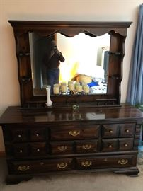 Dresser with mirror and 8 draws.
