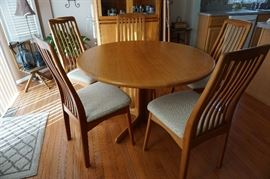 Teak round table w/ 2 leaves and 4 chairs