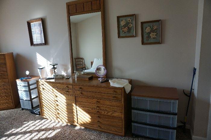 Dresser w/ mirror Thomaqsville, storage units, pictures