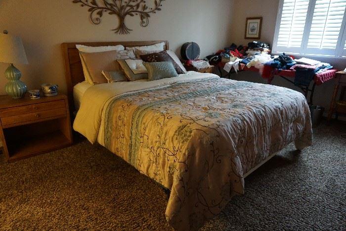 queen bed Oak, night stand