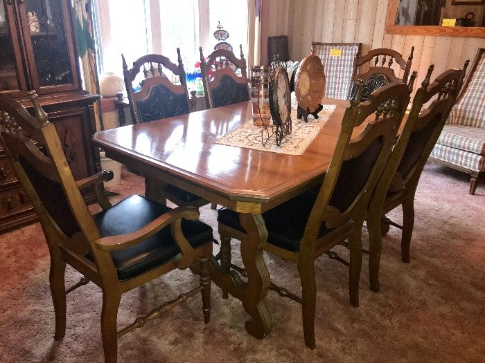 Dinning room table w/3 12 inch leaves and 6 chairs-2 with arms