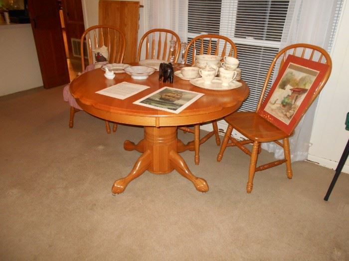 Beautiful oak dining table with 4 chairs and 1 leav